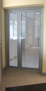 Двери из алюминия — двойной витраж